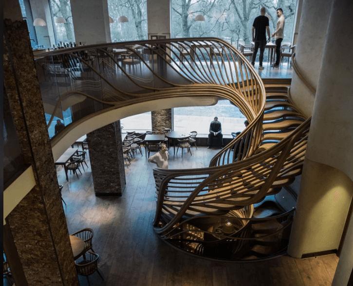 Incrível escadaria escultural de madeira em Londres, fotografia de Alex Haw 2